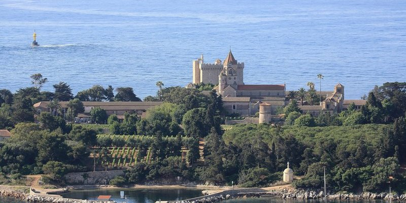 Benefit of the Indian Summer to discover the secret islands of the French Riviera!